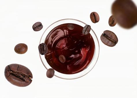 커피 아이스 커피와 커피 콩 (콩 시선)