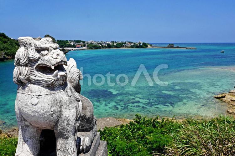 【沖縄】シーサーと海の写真
