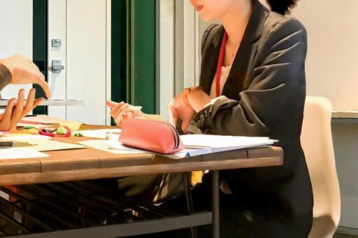 회의에 참여하는 여성 1
