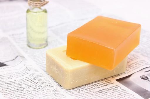 肥皂和油和英文报纸1
