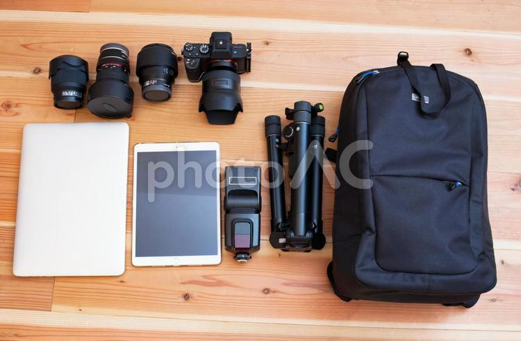 フルサイズミラーレスカメラとパソコンとタブレットとリュックの写真