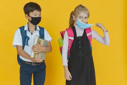 戴著面具的小學生