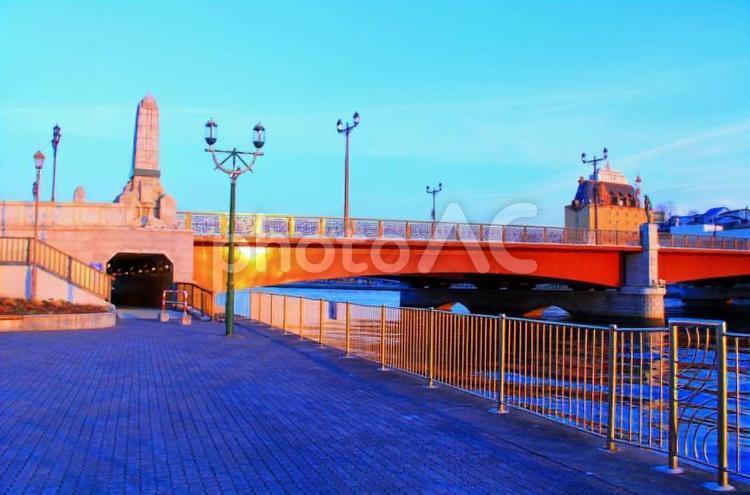 夕日を浴びる幣舞橋の写真