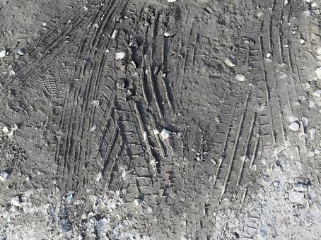 有汽車輪胎痕蹟的土壤