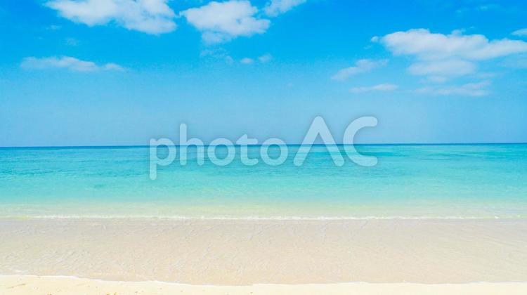沖縄のエメラルドグリーンの海と青空と雲が広がる風景01の写真