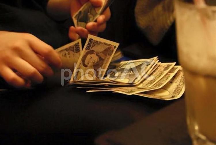お金 数えるの写真