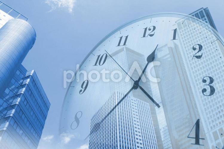 ビル街と時間のイメージの写真