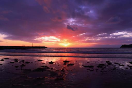 The sea and sky where the orange and purple of the sunset sky are beautiful