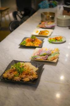 접시에 담아 된 태국 요리