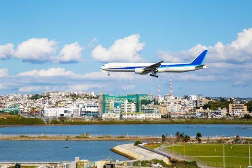 맑은 하늘 속을 비행 비행기