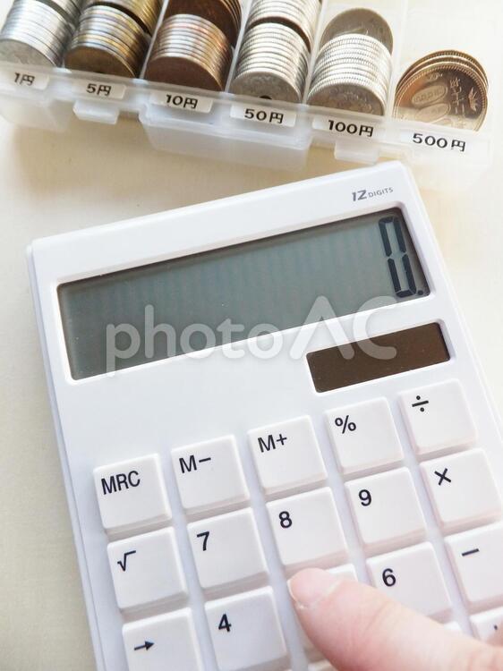 電卓とお金 1の写真