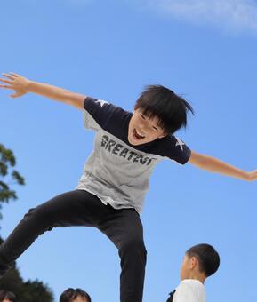 점프 아이 미소 푸른 하늘
