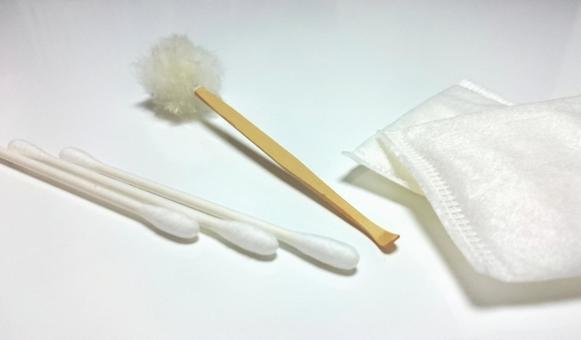 Cotton swabs and earpicks