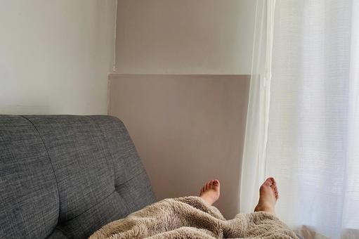 在沙發上小睡