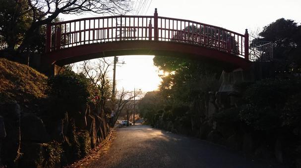 츄고쿠 지방의 해변 마을의 홍예 다리와 석양