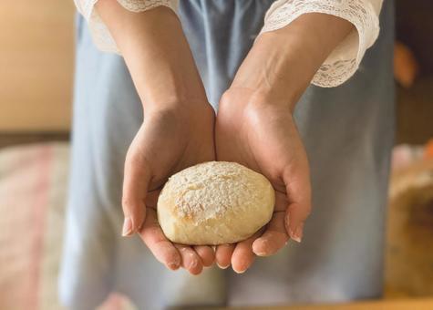손수 만든 빵을 든 손