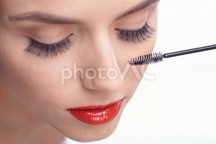 メイクする女性 マスカラ4の写真