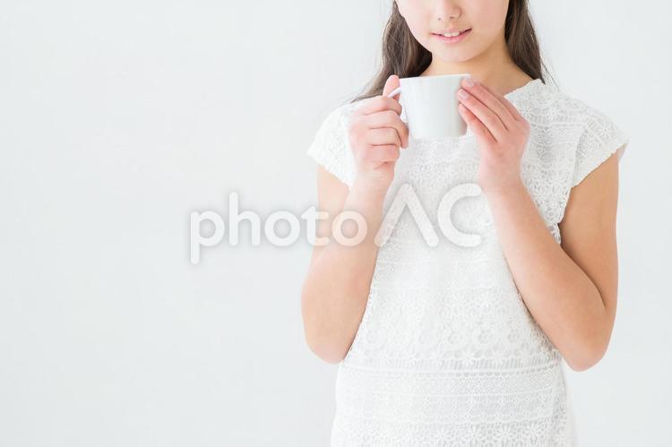 飲み物を飲む女の子の写真