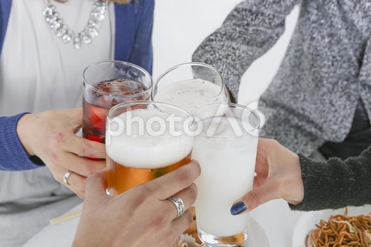パーティーを楽しむ若者たち 乾杯69の写真