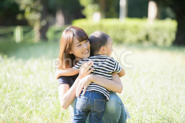 公園での親子(2歳児)の写真