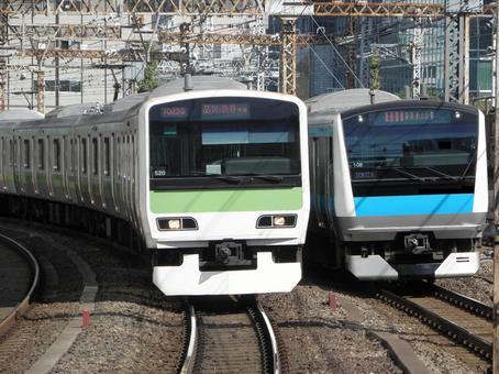 JR Yamanote Line Keihin Tohoku Line Trains run side by side