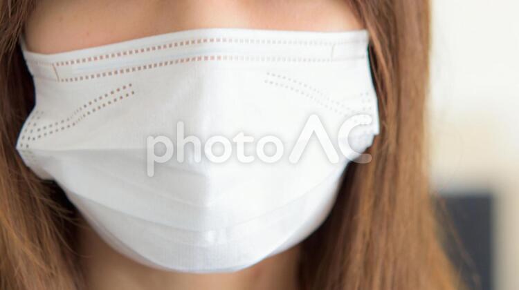 マスクをする女性の写真