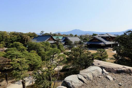 교토 니조 성 천수각 터에서 볼 혼 마루 어전과 정원의 풍경입니다