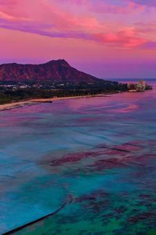 하늘과 바다가 보라색으로 변하는 하와이 와이키키 해변의 일몰