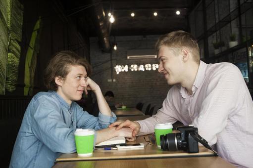 同性戀夫婦18坐在咖啡桌座位
