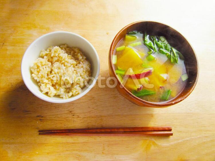 玄米ご飯とサツマイモと小松菜の味噌汁 0514の写真