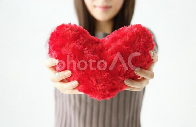 ハートを持つ女性の写真