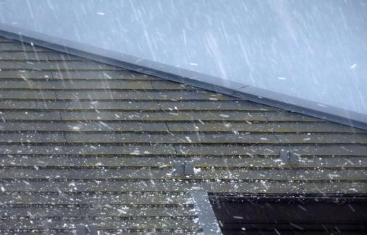 지붕에 내리는 봄 우박