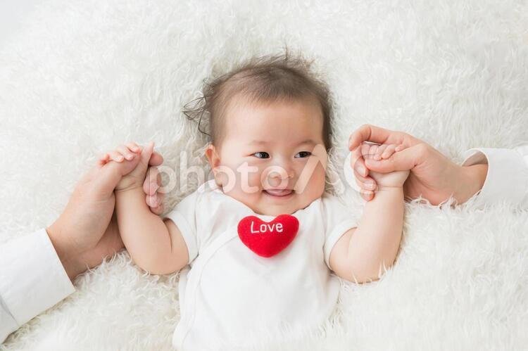 手をつなぐ赤ちゃんの写真