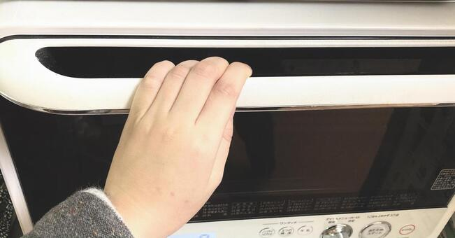 Hand to open the microwave