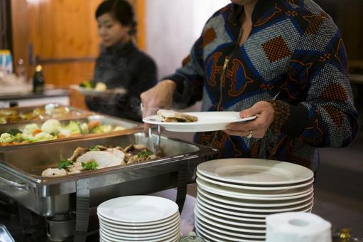 人們分享自助餐