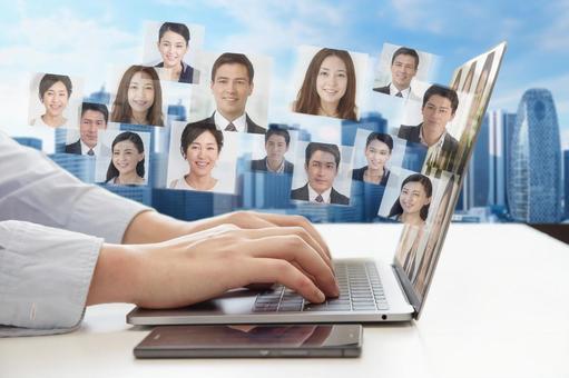 ノートパソコンでビデオチャットをする男性の手-ビジネス背景