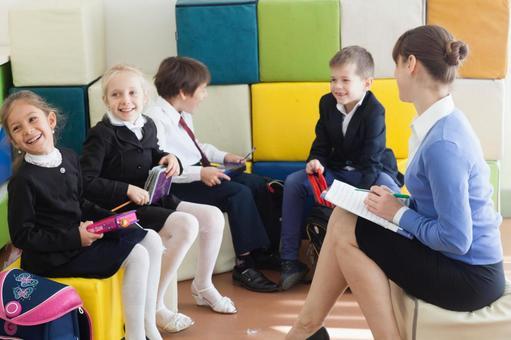 小学学生和教师3立方体坐垫坐