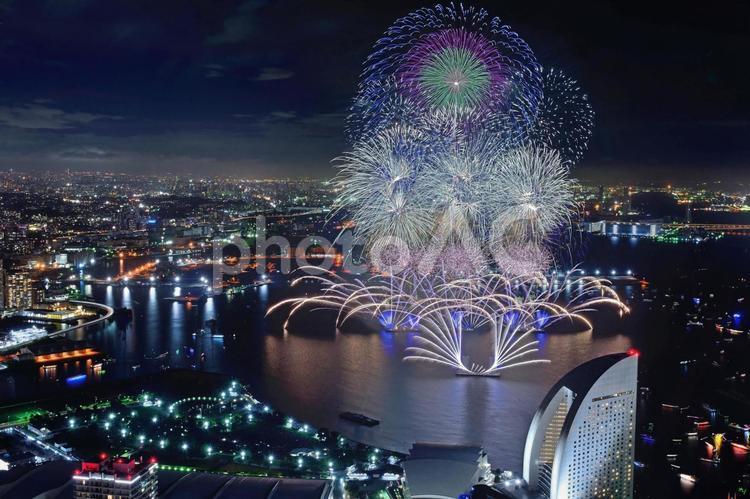 横浜ランドマークタワーから望むみなとみらいスマートフェスティバルの写真