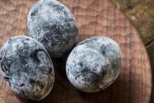 黒い温泉卵_木のお皿