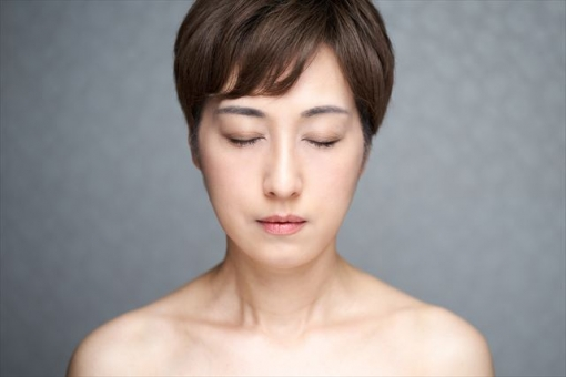 A middle-aged Japanese woman who faces the front and closes her eyes