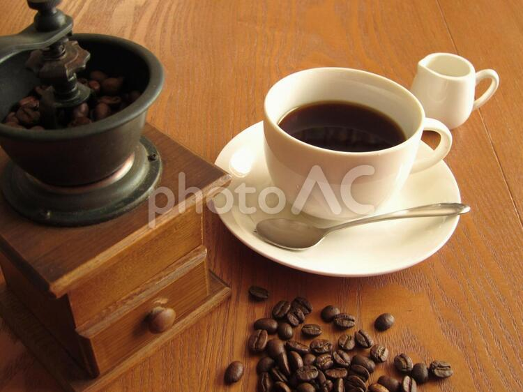 コーヒーとコーヒーミルの写真