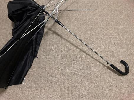 Umbrella that broke due to gusts and heavy rain-03