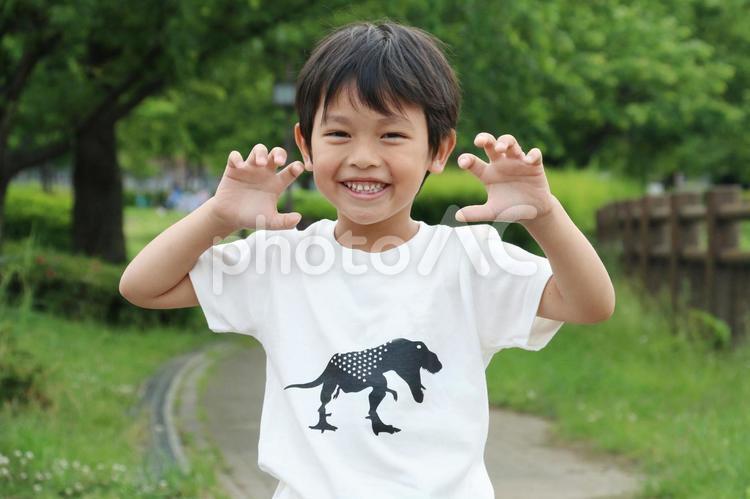 夏のTシャツと笑顔の男の子の写真