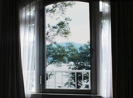 호반의 숙소 창문에서