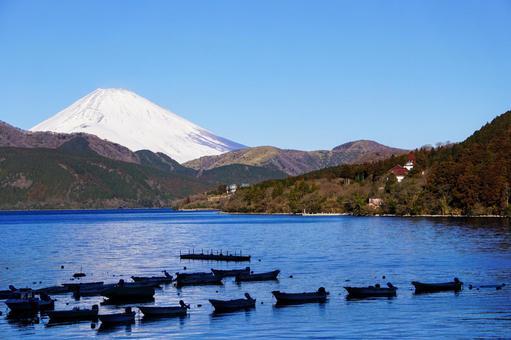 元箱根から見た芦ノ湖に並ぶボートと冠雪した富士山