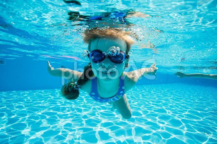 水中撮影の潜っている女の子3の写真