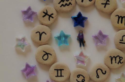 一個被12個星座(屬靈)包圍的女人