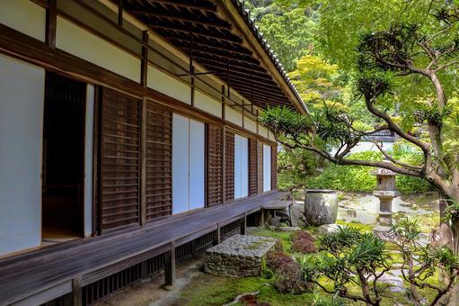 山寺中保留著古老的木製建築和綠色的日本庭園