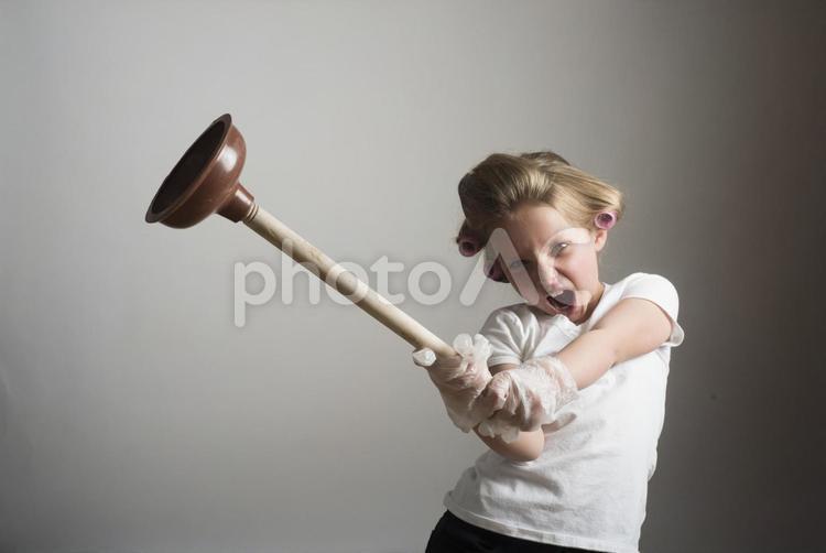 掃除道具を持つ少女18の写真