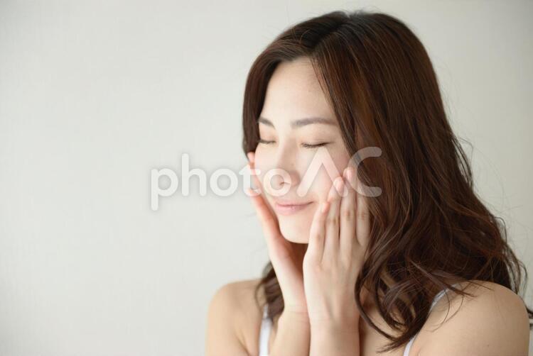 頬に手を当てる女性12の写真